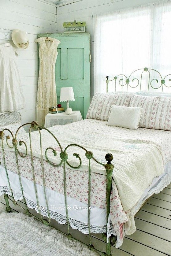 vintage-wardrobe-is-perfect-for-a-shabby-chic-bedroom-5878678